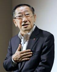 株主総会を終え、記者の質問に答えるJR九州の青柳社長(21日午後、福岡市博多区)