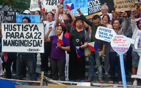 中国船によるフィリピン漁船衝突に抗議する人々(21日、マニラ)