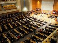 ILO総会では賛成多数で新条約を可決した(21日、スイス・ジュネーブの国連欧州本部)