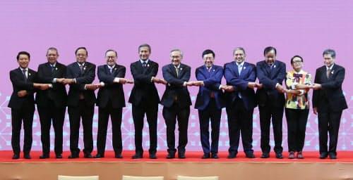 ASEAN外相会議で記念写真に納まる参加各国の外相ら(22日、バンコク)=石井理恵撮影