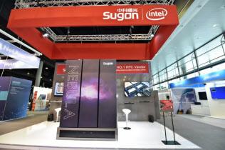 曙光が6月中旬にドイツの展示会に出展したブースには米インテルのロゴも記された(同社のSNSの公式アカウントから)