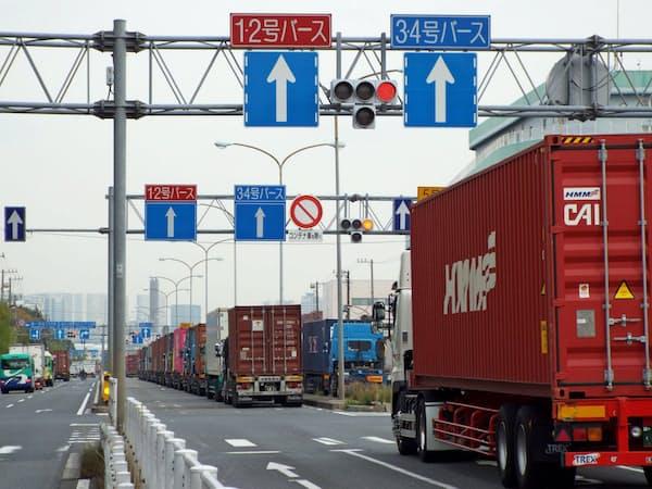 混雑する東京港では、コンテナの受け渡しのため車両が列をなし長い待ち時間を余儀なくされる(大井コンテナ埠頭周辺)