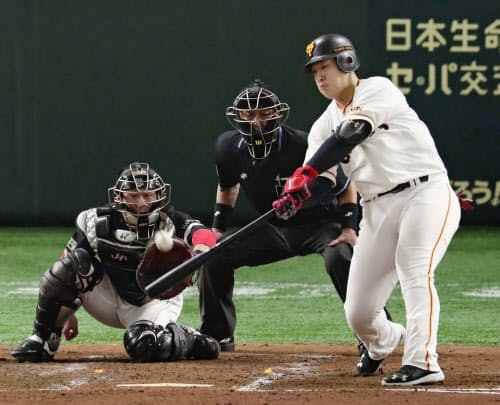 3回巨人2死一、三塁、岡本が右中間に2点二塁打を放つ。捕手甲斐(22日、東京ドーム)=共同