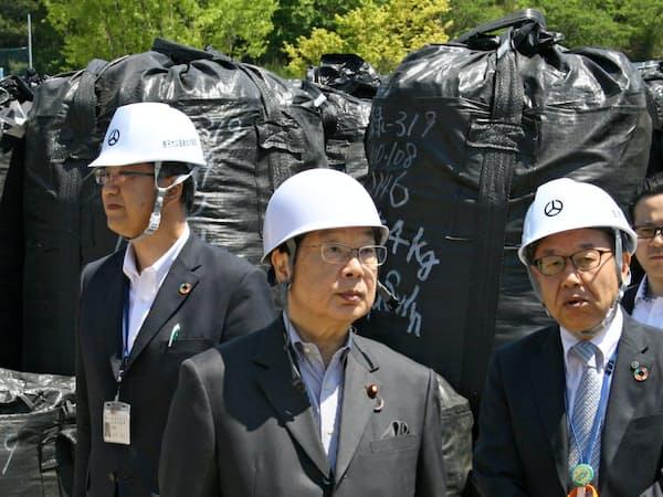 福島県郡山市で視察する渡辺博道復興相(中央、5月)