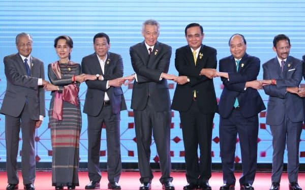 ASEAN首脳会議の開会式で記念写真に納まる参加各国の首脳ら(23日午前、バンコク)=石井理恵撮影