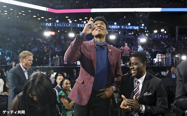NBAのドラフト会議でウィザーズから日本人初となる1巡目指名を受け、笑顔で天を指さす八村(NBAE提供)=ゲッティ共同
