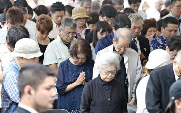 沖縄全戦没者追悼式で黙とうする参列者(23日午後、沖縄県糸満市の平和祈念公園)