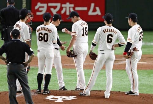 2回、ソフトバンク・和田に四球を与え、降板する巨人・菅野(23日、東京ドーム)=共同