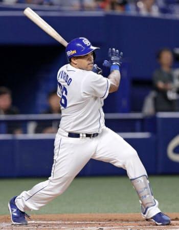 1回中日無死満塁、ビシエドが右翼線に2点二塁打を放つ(23日、ナゴヤドーム)=共同