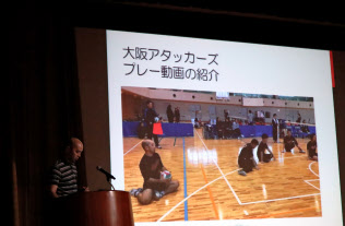 シッティングバレーボールのプレーの特徴を説明する仲本清文さん(大阪市中央区)