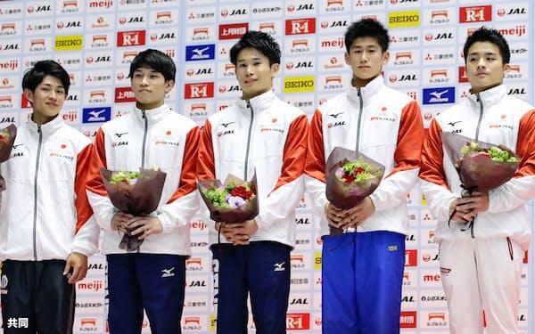 世界選手権代表に決まっていた(左から)谷川翔、谷川航、萱和磨と共に記念撮影する初の代表選出となった橋本大輝(右から2人目)と神本雄也=右端(23日、高崎アリーナ)=共同