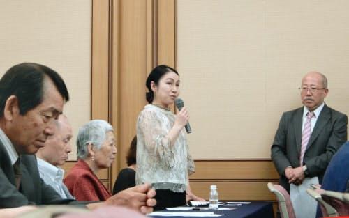 鉄道安全推進会議の総会で活動を振り返る臼井慈華子さん(23日、大阪市)