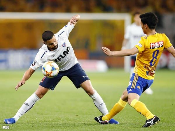 仙台―FC東京 後半、競り合うFC東京・ディエゴオリベイラ(左)と仙台・松下(23日、ユアスタ)=共同