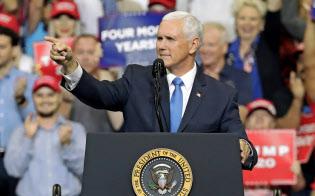 ペンス米副大統領はイランに対する軍事攻撃の可能性を排除しないとの考えを示唆した(18日、フロリダ州)=AP