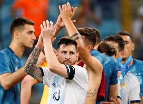 南米選手権B組の最終戦でカタールに快勝し8強入りしたアルゼンチンイレブン(23日、ポルトアレグレ)=ロイター
