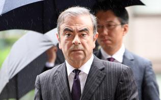公判前整理手続きのため東京地裁に入る日産自動車元会長のカルロス・ゴーン被告(24日午前)