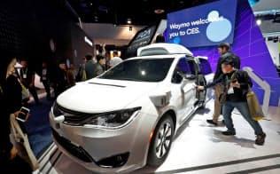 米展示会に出品されたウェイモの自動運転車=ロイター