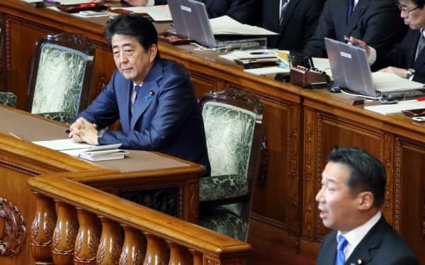 参院本会議で自身への問責決議案の趣旨説明を聞く安倍首相(24日)