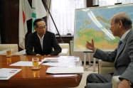 プレステージの玉上進一社長(左)は富山県の石井隆一知事に研修施設の建設計画を説明した(富山県庁)