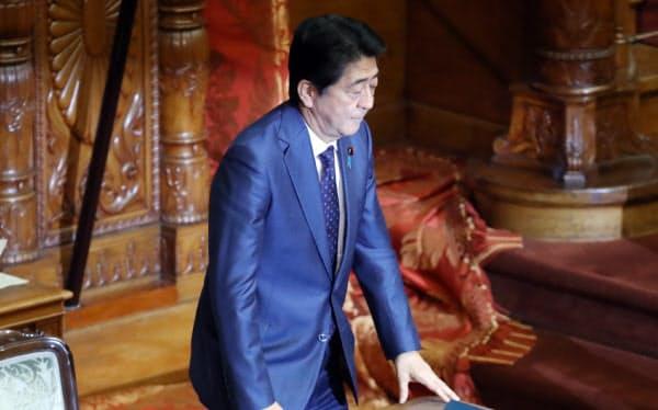 参院本会議で自身への問責決議案が否決され、一礼する安倍首相(24日)