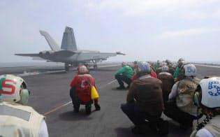 アラビア海に展開中の空母エイブラハム・リンカーンから発艦するFA18戦闘攻撃機(6月4日)=ロイター