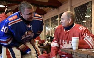 プーチン氏のボディーガードだったジューミン氏(左)がトゥーラ州知事に登用されたのは、彼がプーチン氏のホッケー仲間だったことが大きいとされる=ロイター