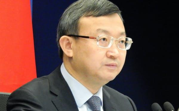 記者会見する中国の王受文商務次官(24日、北京市)