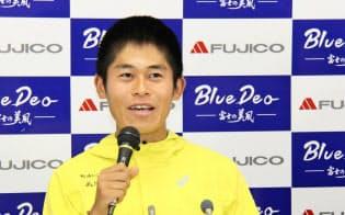 フジコーとのアンバサダー契約の合意を発表した男子マラソンの川内優輝(24日、東京都内)=共同