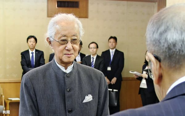 大分県特別功労者の表彰を受ける磯崎新さん(24日、大分市)=共同