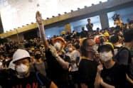 香港の警察本部を包囲したデモ隊(6月21日)=ロイター