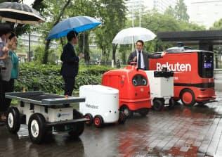 経産省で公開された無人配送ロボット(24日、東京・霞が関)