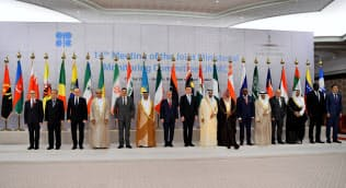 OPEC加盟国は経済低迷を警戒する(5月の会合で記念撮影に臨む閣僚ら)=ロイター