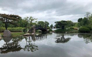 池の岸の整備や橋の修復をする計画だ