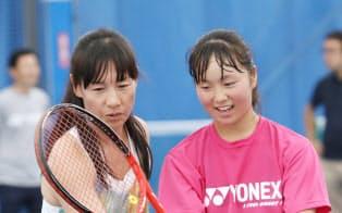 ジュニア選手を指導する伊達公子さん(左)(東京都品川区)