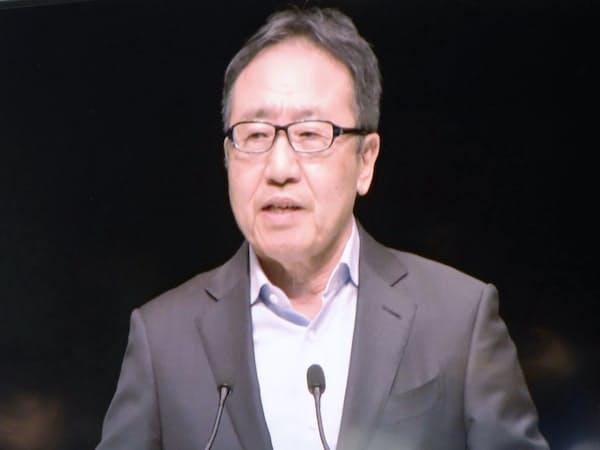 モニター画面に映し出された、ソフトバンクの宮内謙社長(24日午後、千葉市)