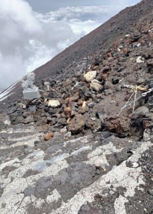 山頂付近で崩落した石積みのため、ふさがった富士山の登山道(6月17日)=山梨県提供