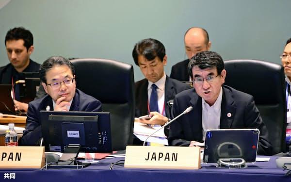 G20貿易相会合の舞台裏で閣僚声明を巡る厳しい調整が続けられた(6月9日の協議に出席した河野外相(右)と世耕経産相、茨城県つくば市)=共同