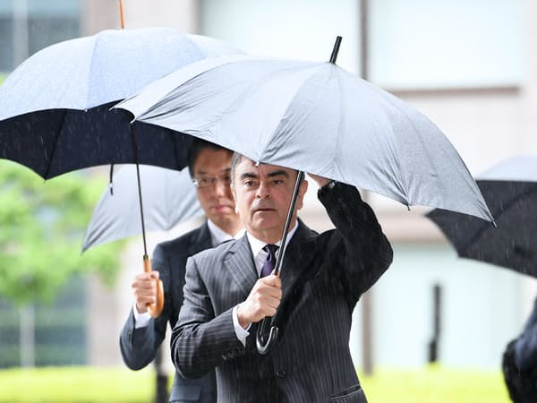 公判前整理手続きのため東京地裁に入る日産自動車元会長のカルロス・ゴーン被告(24日午前、東京都千代田区)