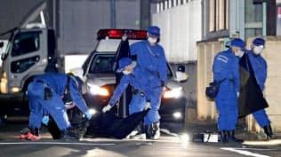 男性2人が倒れていた現場付近を調べる捜査員ら(25日午前0時14分、名古屋市北区)=共同