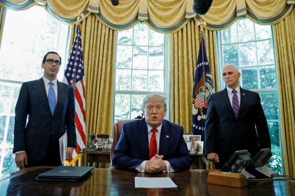 イランへの追加制裁を発表したトランプ大統領=ロイター
