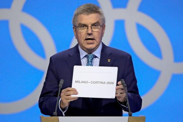 2026年冬季五輪開催地を発表するIOCのバッハ会長(24日、スイス・ローザンヌ)=ロイター
