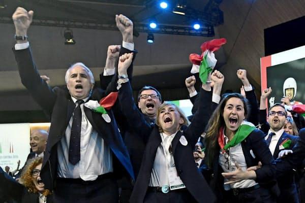 開催地決定を受け喜ぶミラノ・コルティナダンペッツォ代表団(24日、スイス・ローザンヌ)=ロイター