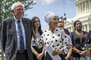 米民主党下院議員らと共に学生ローンの債務免除法案を発表したサンダース氏(左)=AP