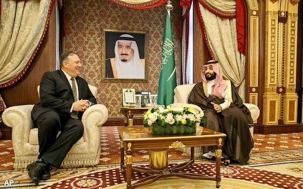 24日、ジッダで会談するポンペオ米国務長官(左)とサウジのムハンマド皇太子=AP