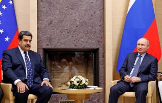 ベネズエラのマドゥロ大統領(左)は18年12月にモスクワを訪問し、ロシアのプーチン大統領と会談した=ロイター