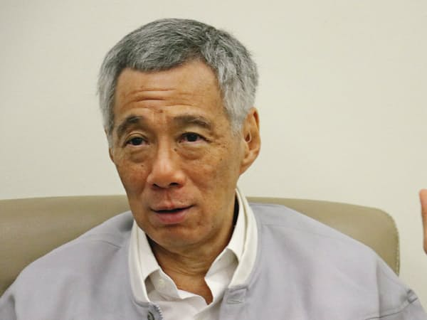 インタビューに応じるシンガポールのリー・シェンロン首相(24日)