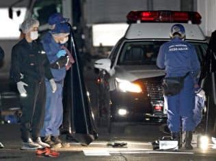男性2人が倒れていた現場付近を調べる捜査員ら(25日午前0時過ぎ、名古屋市北区)=共同