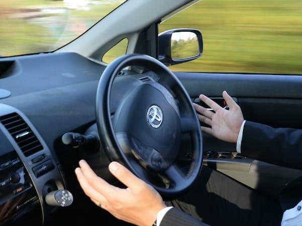 クルマの運転を機械が担う「自動運転」技術の開発競争が世界で激しくなっている