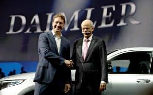 5月22日、ダイムラーのCEOに就任したケレニウス氏(左)とツェッチェ前CEO=ロイター
