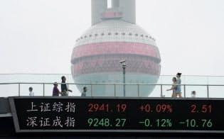 上海株式指数と深圳株式指数が表示される上海の金融街=ロイター